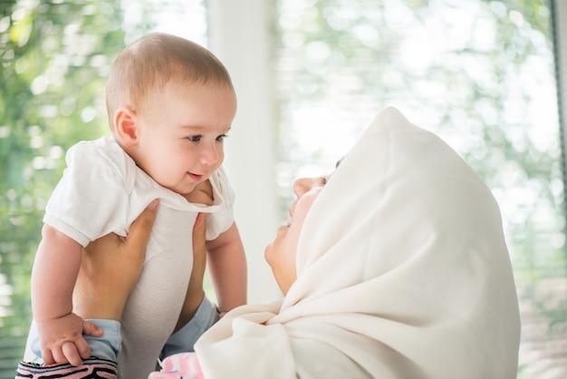 Mãe feliz segurando um bebê