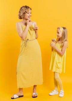 Mãe filha, bebendo limonada