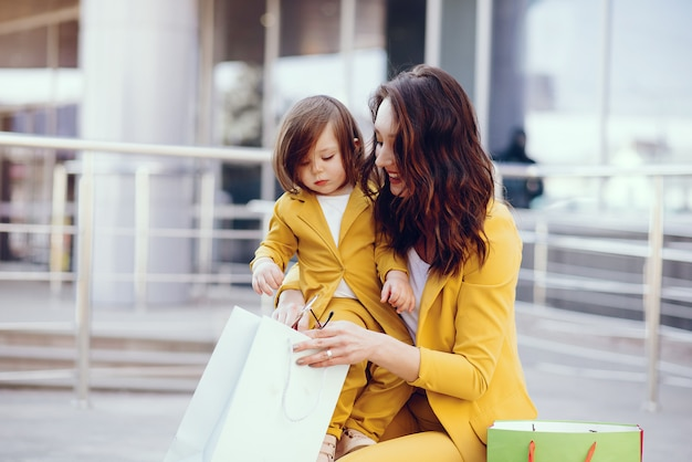 Mãe filha, com, bolsa para compras, em, um, cidade