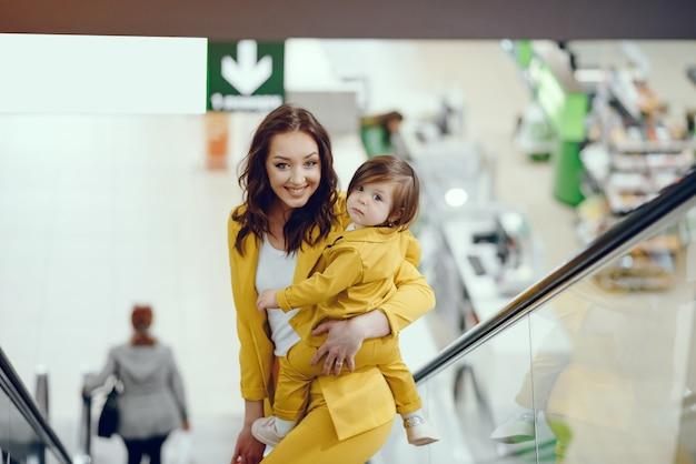 Mãe filha, com, bolsa para compras