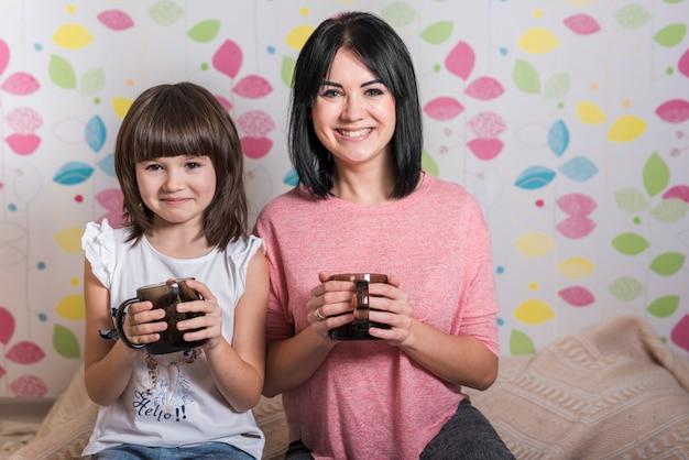 Mãe filha, com, xícaras chá