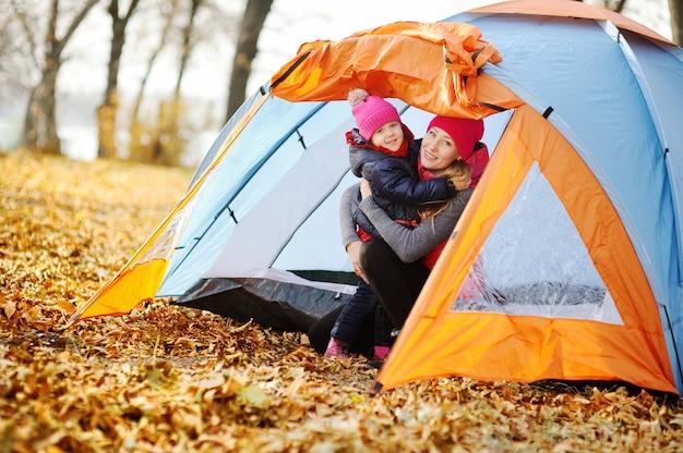 Mãe filha, descansar, em, um, barraca, acampamento