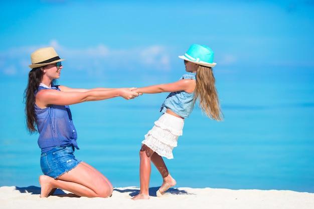 Mãe filha, desfrutando, tempo, em, praia tropical