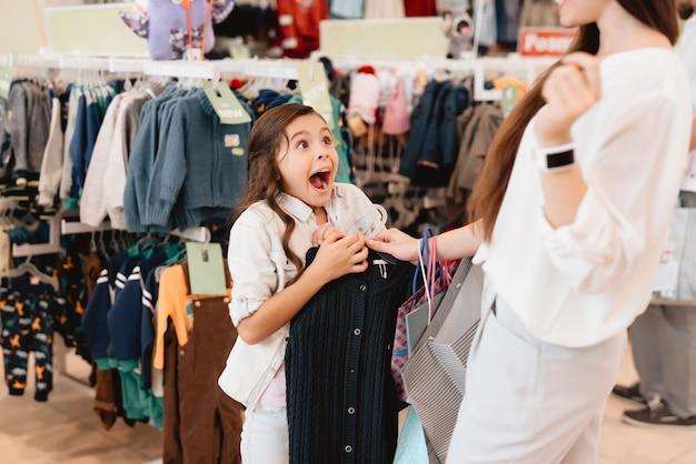 Mãe filha, em, centro comercial