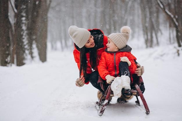 Mãe filha, em, inverno, parque, sledging
