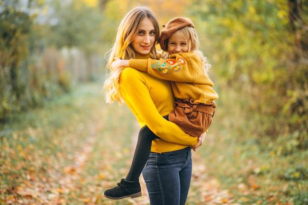 Mãe filha, em, parque, cheio, de, folhas