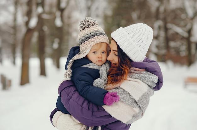 Mãe filha, em, um, inverno, parque