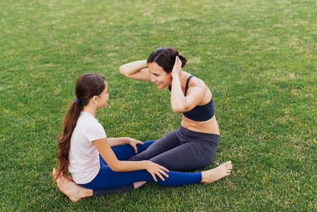 Mãe filha, exercitar, ligado, grama verde