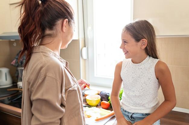 Mãe filha, falando, em, cozinha