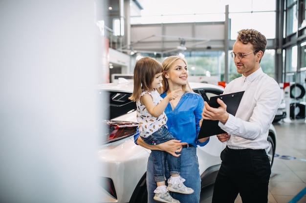 Mãe filha, falando, para, vendas, pessoa, em, um, showroom carro