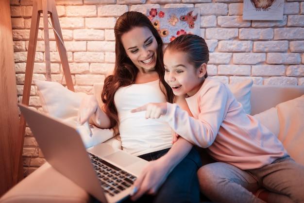 Mãe filha, filmes assistindo, ligado, laptop, à noite