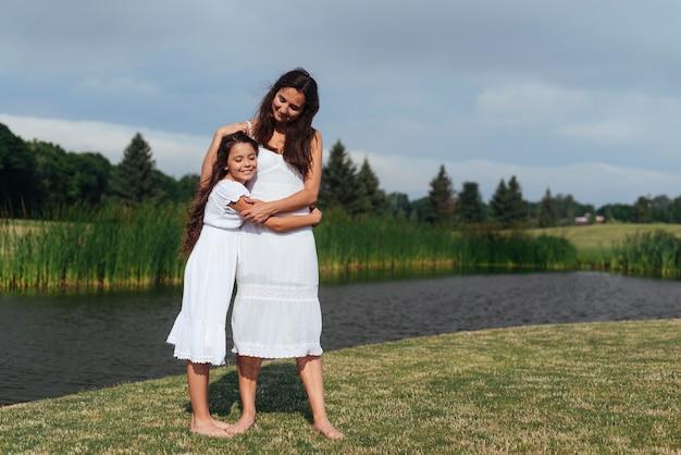 Mãe filha, huggin, por, a, lago
