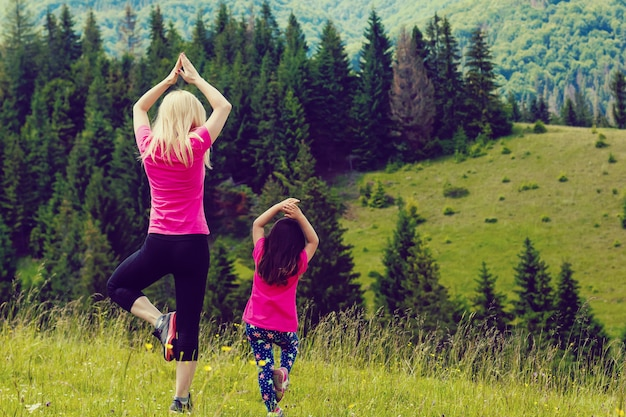Mãe filha, ioga pose mulher, topo, montanha