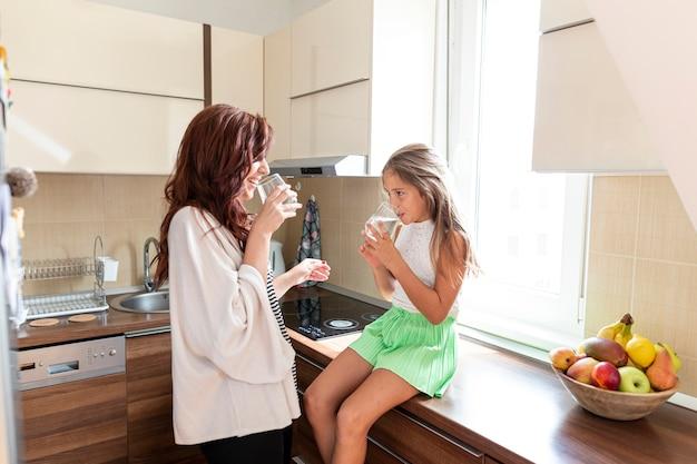 Mãe filha, junto, em, cozinha