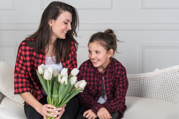 Mãe filha, ligado, sofá, com, tulips