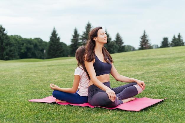 Mãe filha, meditar, ao ar livre