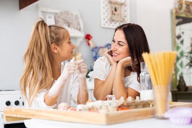 Mãe filha, olhando um ao outro