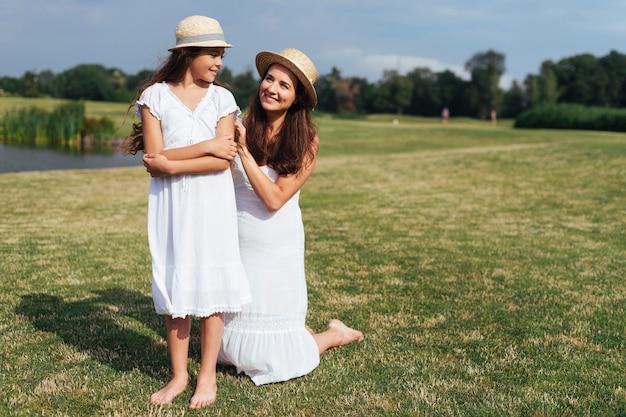 Mãe filha, posar, ao ar livre