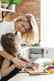 Mãe filha, preparar café da manhã