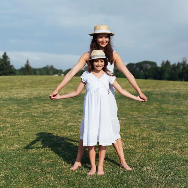 Mãe filha, segurar passa, ao ar livre