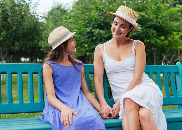Mãe filha, sentando, ligado, banco, ao ar livre