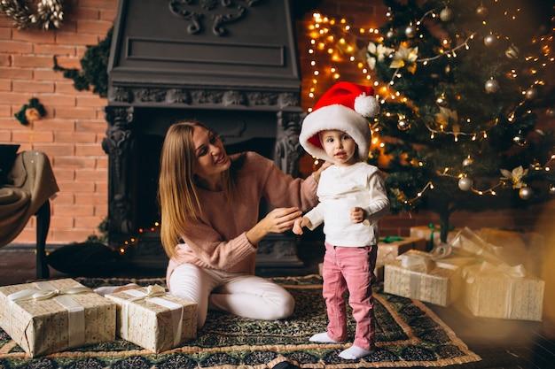 Mãe filha, sentando, por, árvore natal