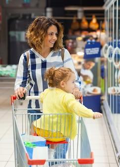 Mãe filha, shopping, para, mantimentos, em, supermercado