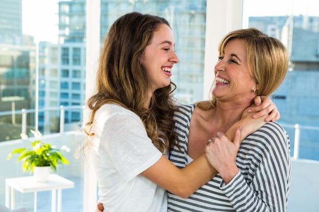 Mãe filha, sorrindo um ao outro