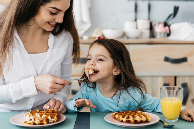 Mãe filha, tendo, pequeno almoço