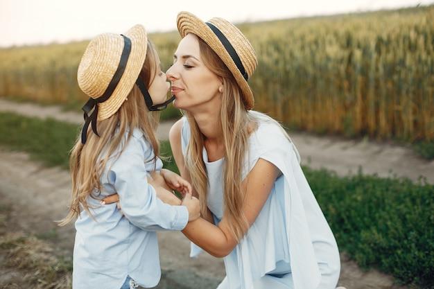 Mãe filha, tocando, em, um, verão, campo