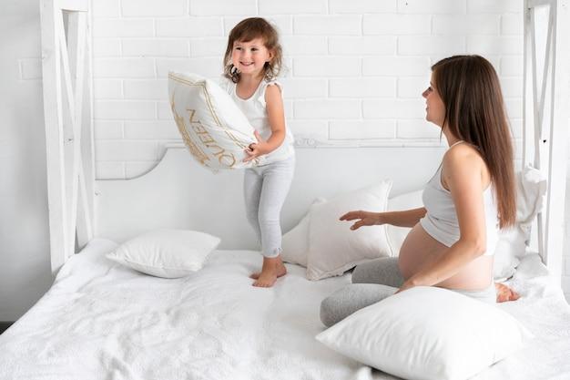 Mãe filha, tocando, junto