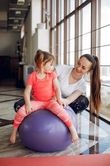 Mãe filha, treinamento, em, um, ginásio