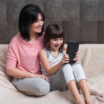 Mãe filha, usando, tablete, ligado, sofá