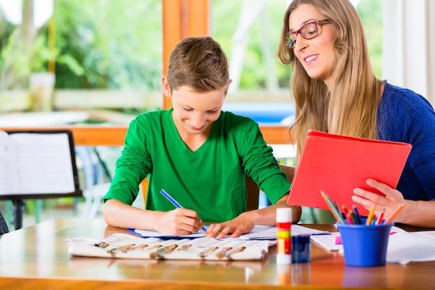 Mãe, filho ajudando, com, dever casa, atribuição