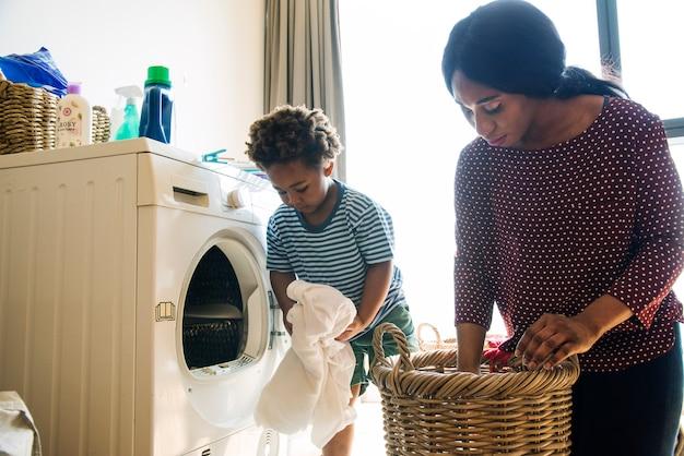 Mãe filho, fazendo, housework, junto