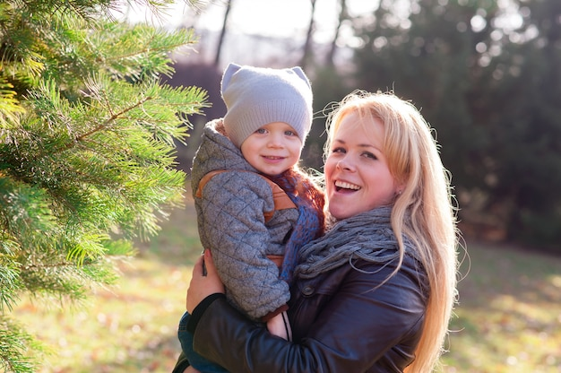 Mãe filho, tocando, em, outono, parque