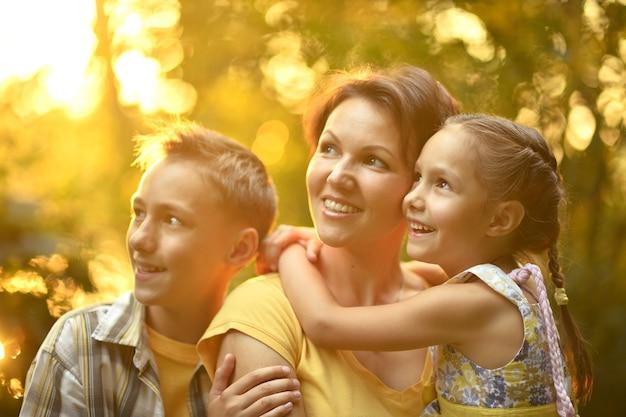 Mãe fofa e feliz com crianças no campo