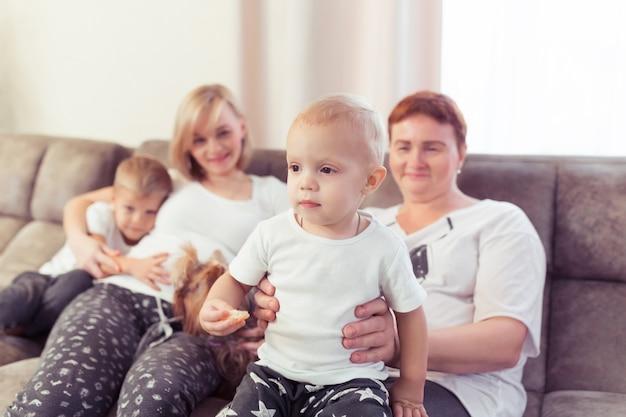 Mãe grávida e seus filhos dois filhos estão passando um tempo juntos em casa