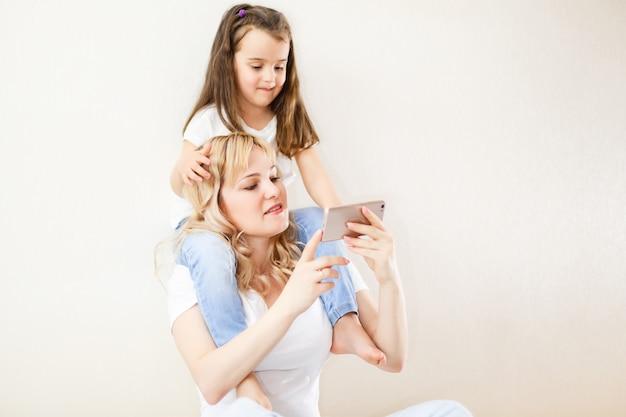 Mãe indiana e criança jogando jogo no smartphone
