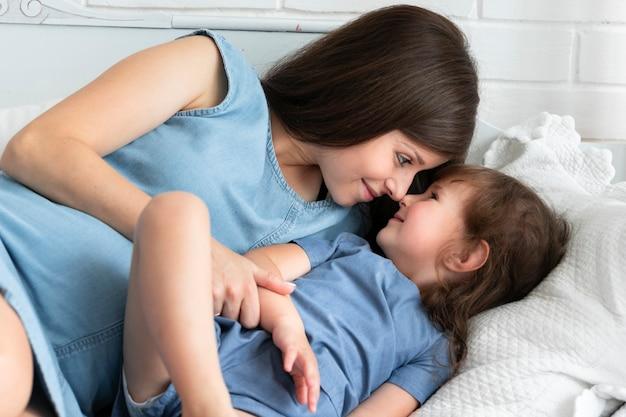 Mãe, jogar cama, com, dela, filha