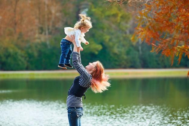 Mãe, jogar, vomitando, menina bebê, em, um, lago