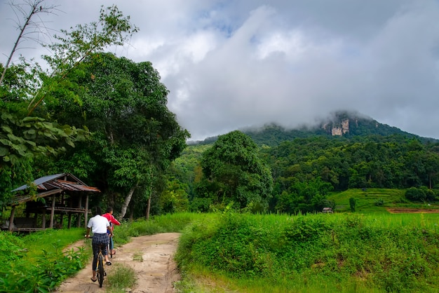 Mae-klang-luang-village. família feliz andar de bicicleta
