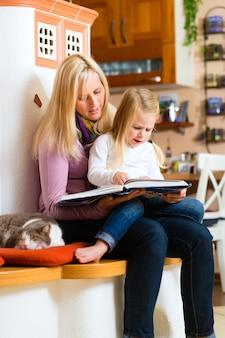 Mãe lendo a história da noite para criança em casa