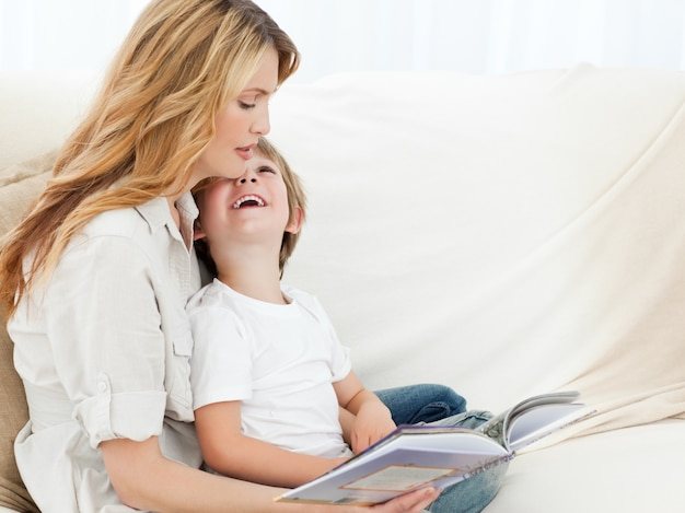 Mãe lendo com seu filho
