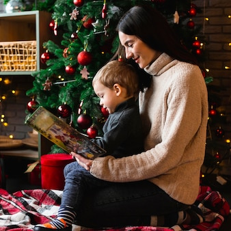 Mãe lendo história de natal para seu filho