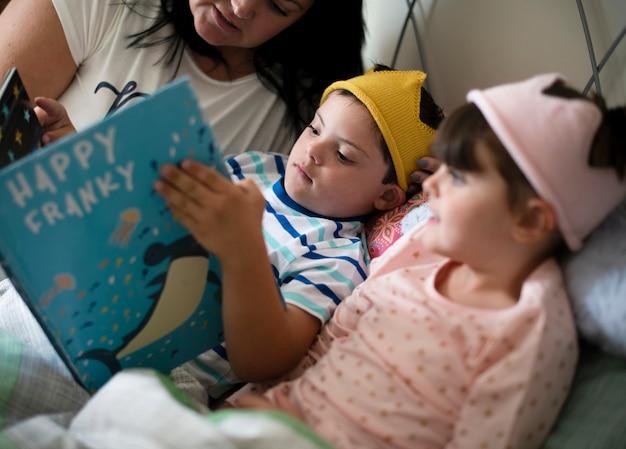 Mãe lendo uma história para dormir
