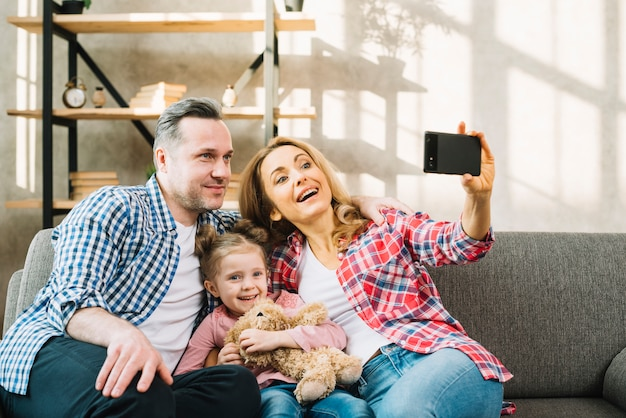 Mãe, levando, selfie, de, telefone pilha, com, dela, pai filha