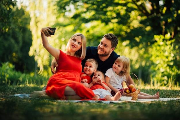 Mãe, levando, um, selfie familiar, ao ar livre