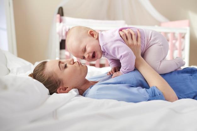 Mãe levantando seu lindo recém-nascido