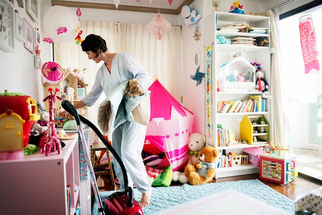Mãe, limpando o quarto da filha